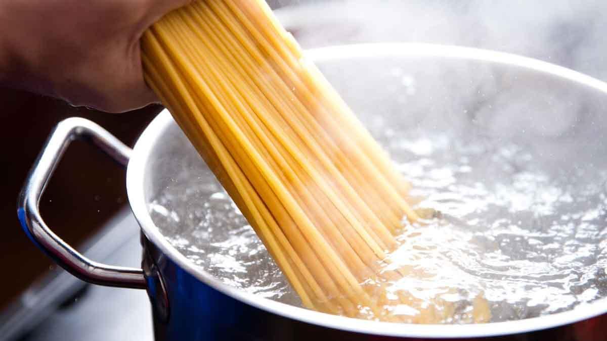 Découvrez 5 vertus insoupçonnées de l'eau de cuisson des pâtes, ne la jetez plus!